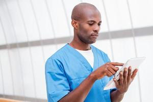 kirurg med digital tablet. foto