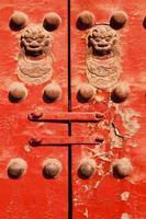 röd dörr med kinesiska lejon foto