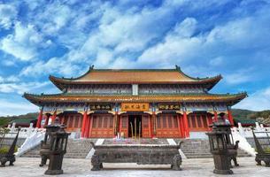 kinesiskt tempel med vacker bakgrund för blå himmel