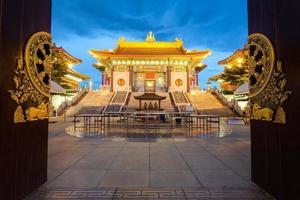 kinesiska templet i skymningen, dragon templet foto