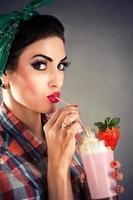 trendig kvinna i retrostil foto