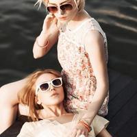 två vackra flickor vid havet pir foto