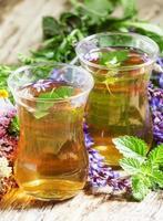 grönt varmt te med örter i islamiska glas