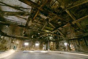 gamla läskiga, mörka, förfallna, förstörande, smutsiga fabrik foto