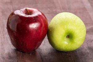 rött och grönt äpple för god hälsa foto