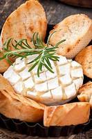 bakad camembertost med rosmarin foto