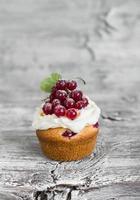 muffins med ostmassan och röda vinbär foto