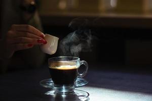 kaffe med grädde på bordet foto