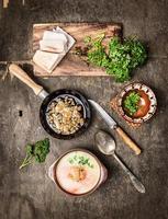 potatis soppa med crackling på gamla träbord, ovanifrån foto