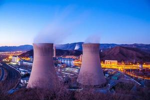 kyltorn från tungindustrifabriken i Peking foto