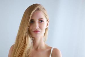 porträtt av ung vacker flicka med. utgöra. foto