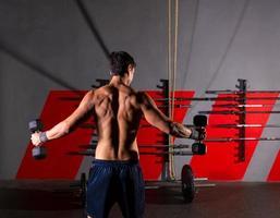 hex hantlar man träning bakifrån på gymmet foto