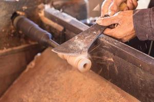 oskärpa av arbetare som arbetar på trä foto