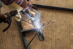 arbetare svetsar stål foto