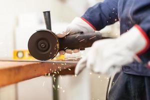 arbetare som använder kvarn i en fabrik foto