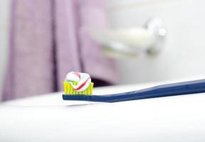 tandborste med tandkräm vid diskbänken foto