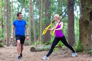 träning med träningsband utomhus. foto
