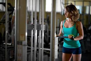 kvinna utbildning i gymmet foto