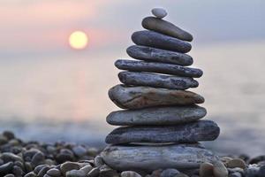 bunt med stenar på stranden foto