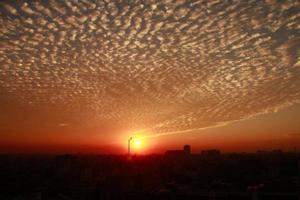 solnedgång med en dramatisk himmel foto