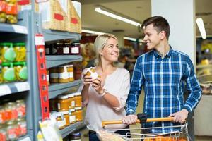 vanlig familj som köper konserverad mat i veckan foto
