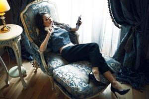 affärskvinna i interiören foto