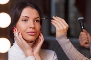 en erfaren ung kosmetolog arbetar på skönhetssalongen foto