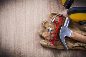 hörlurar klo hammar läder säkerhetshandskar och skyddande glas foto