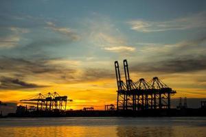 portcontainerterminal för transporering foto