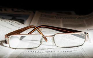 glas på tidningen foto