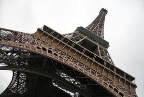 Paris, Frankrike. utsikt över eiffeltornet från botten foto