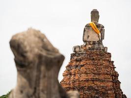 gammal buddha staty på wat chai watthanaram foto