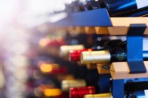 vinflaskor på en hylla foto