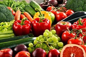sammansättning med en mängd olika organiska grönsaker och frukter
