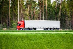 stor lastbil på motorvägen foto