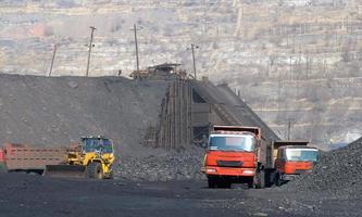 öppen gruva med jordflyttning foto