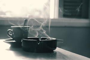 kaffe och cigaretter foto