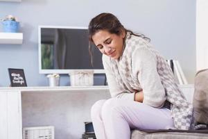 sjuk kvinna, influensakvinna. sjuk kvinna som dricker ett te foto