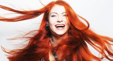kvinna med långt rinnande rött hår foto