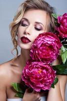 vacker flicka med vårblommor. frisk hud foto