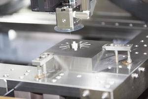 cnc trådklippt maskin skär skärformdelar