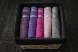 färgglada handdukar i rottingkorg foto