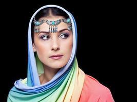 porträtt av ung vacker kvinna i orientalisk stil foto