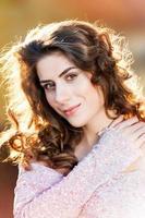 porträtt av vacker ung kvinna utomhus