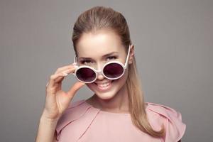 modekvinna med solglasögon. foto