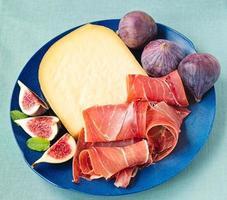 serranoskinka med ost och fikon foto