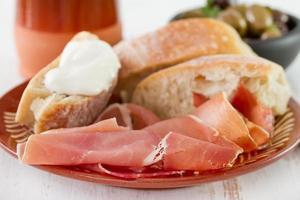 prosciutto med bröd och ost foto
