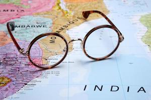 glasögon på en karta - maputo foto