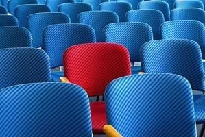 röd stol som står ut foto