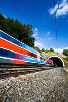 tåg passerar genom en tunnel